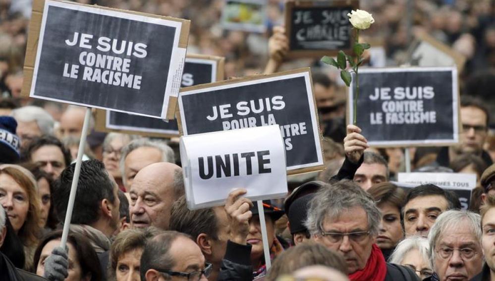 Miles de personas marchan en silencio por Charlie Hebdo en Francia