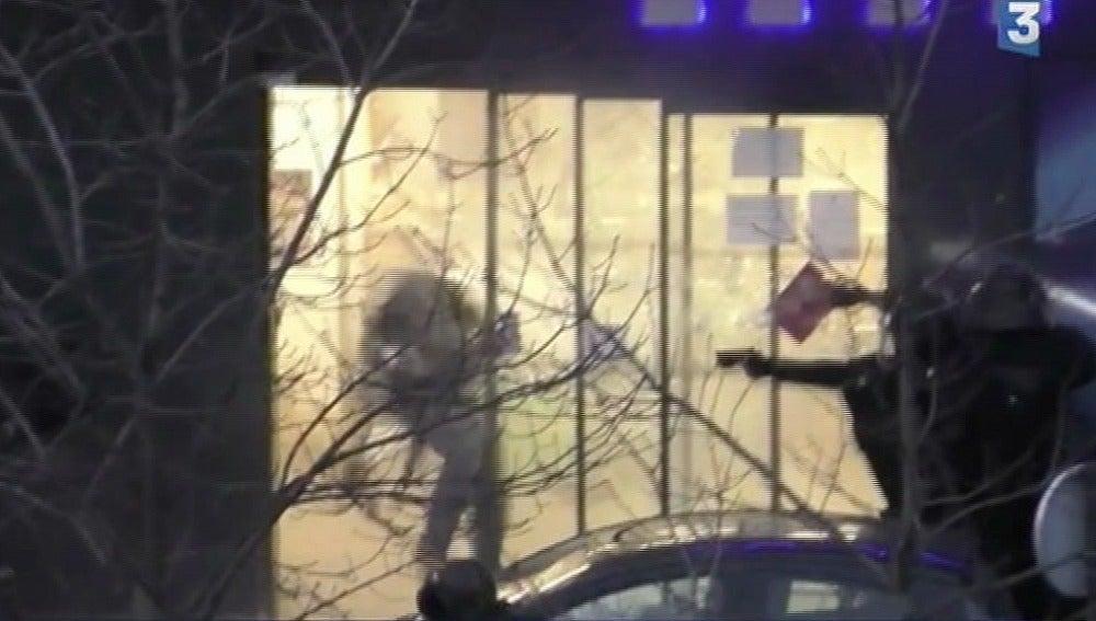 Así fue como los policías abatieron al asaltante en un supermercado de París