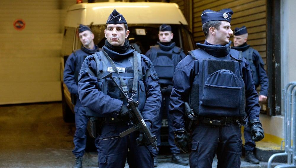 Policías franceses tras los atentados