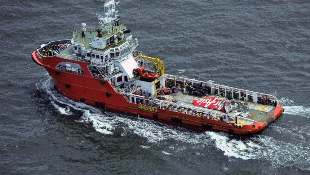 Un barco busca restos del AirAsia siniestrado