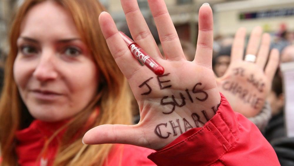 Mujer apoya a Charlie Hebdo