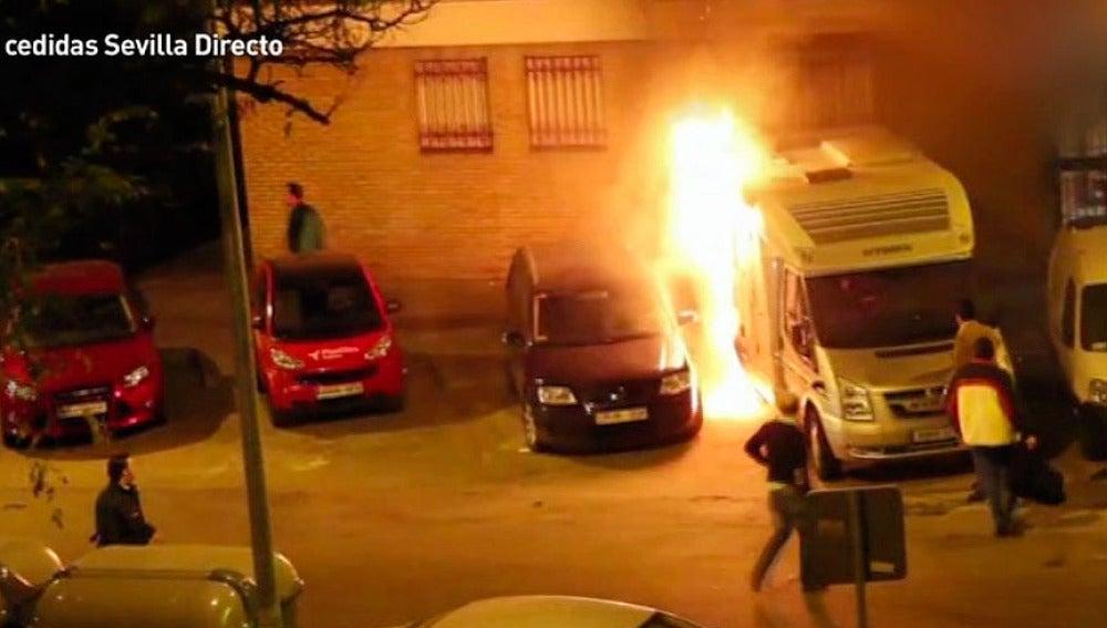 Una auto-caravana en llamas en el barrio de Triana, Sevilla