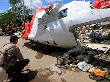 Un investigador inspecciona los restos del avión de AirAsia