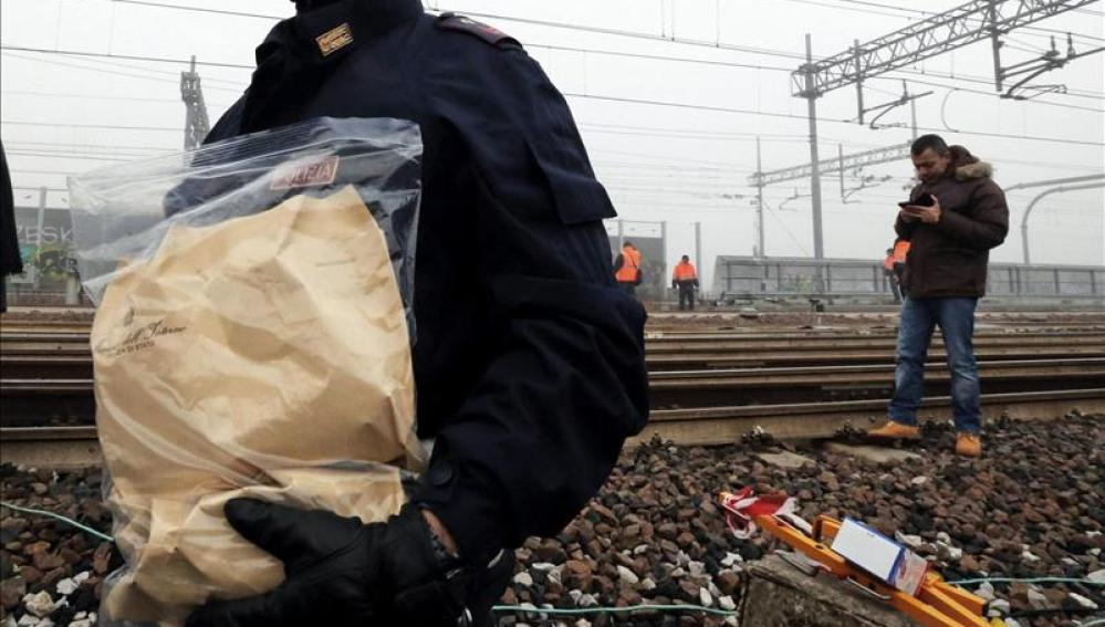 Un agente trabaja con un supuesto paquete bomba en Bruselas.