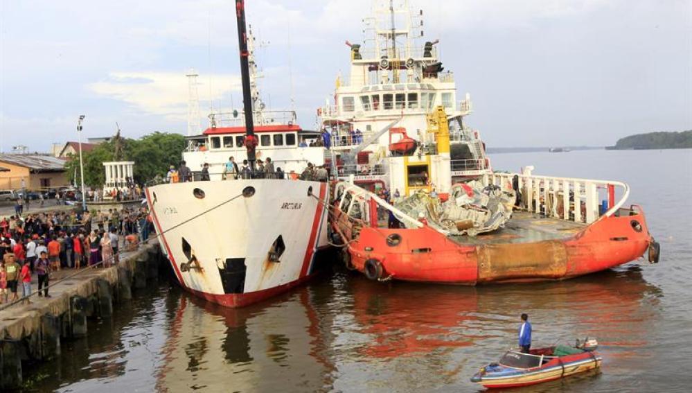 Labores de rescate del avión siniestrado de AirAsia.