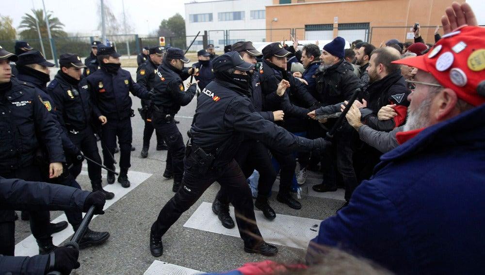 Agentes de la Policía Nacional y empleados de Coca-Cola se enfrentan en Fuenlabrada