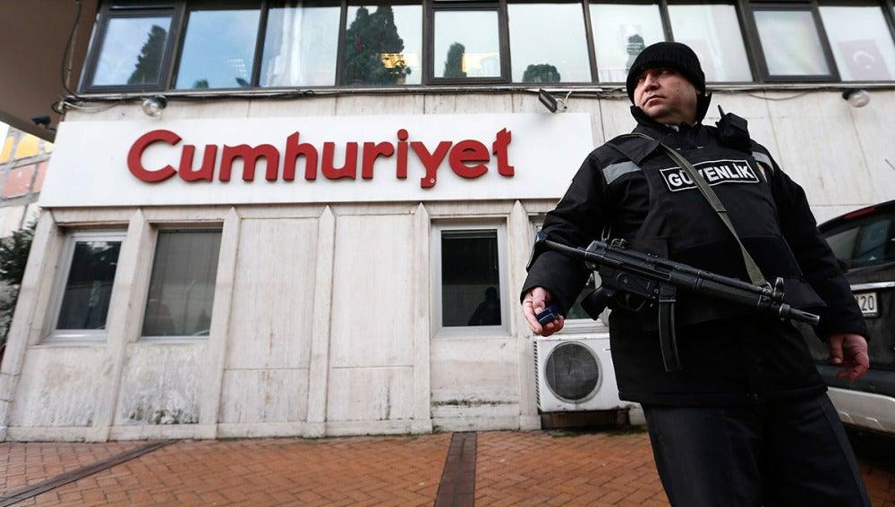 Una agente vigila la sede del Cumhuriyet, único diario en Turquía que ha publicado la portada de Charlie Hebdo