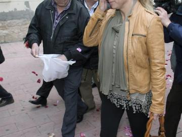Sonia Castedo recibida por un admirador en la puerta del juzgado.