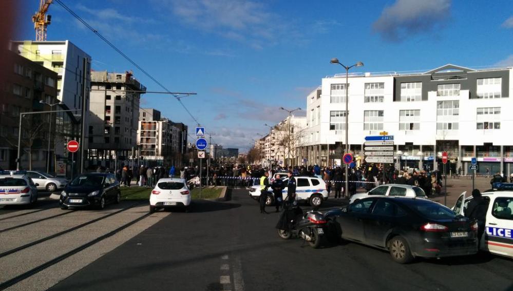 Fuerzas policiales rodean la oficina de correos de Colombes