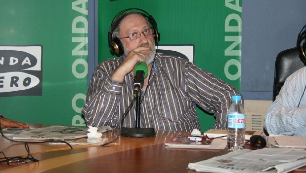 El periodista José Luis Alvite en los estudios de Onda Cero.