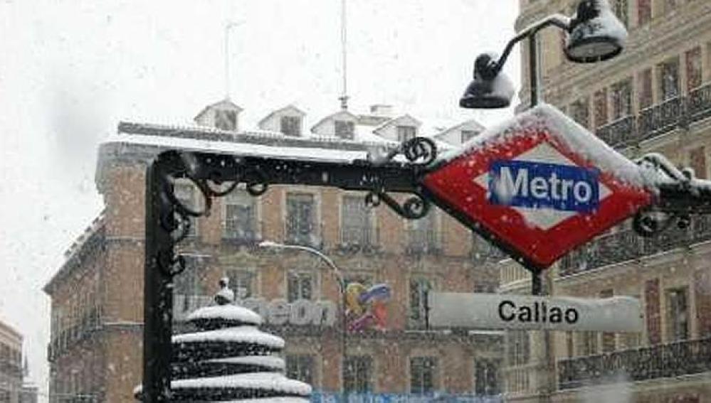 La estación de metro Callao cubierta de nieve en Madrid