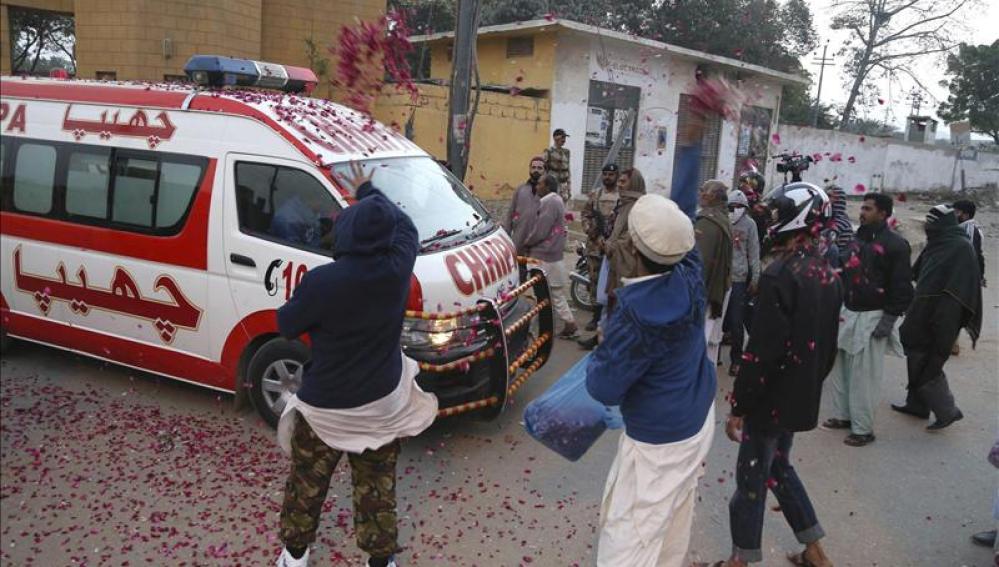 Tiran pétalos a la ambulancia que transporta el cuerpo del ejecutado.
