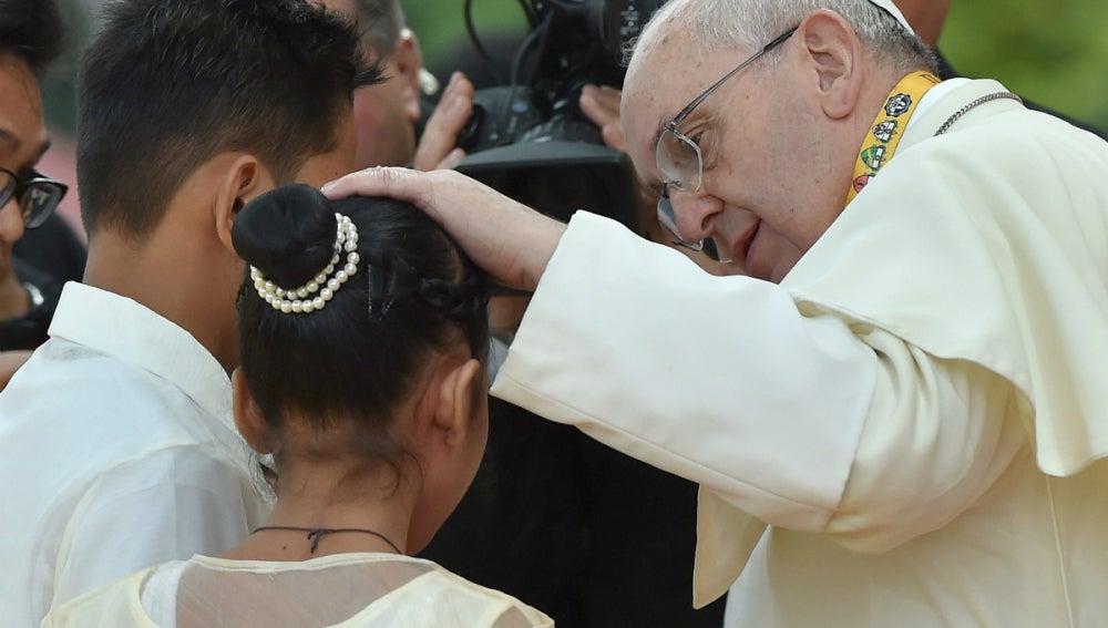 El papa Francisco, con Glyzelle Palomar