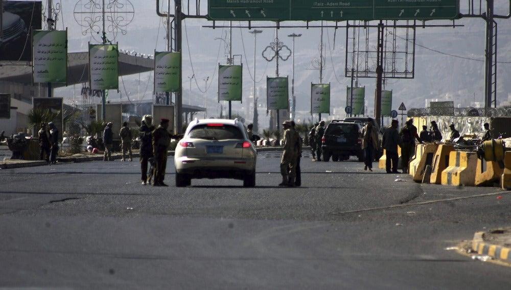 Soldados yemeníes cortan las calles