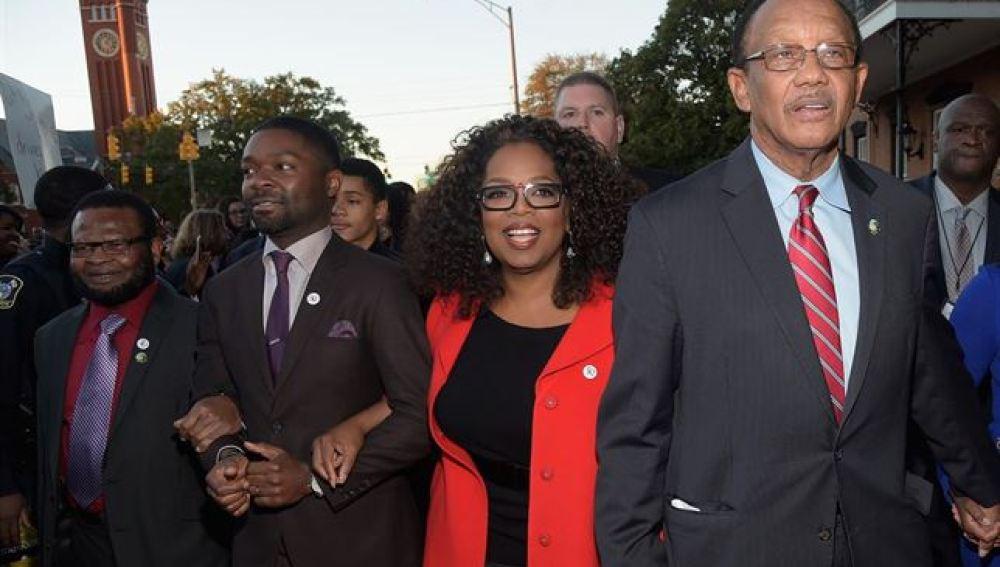 Oprah winfrey en la marcha junto a sus compañeros de reparto