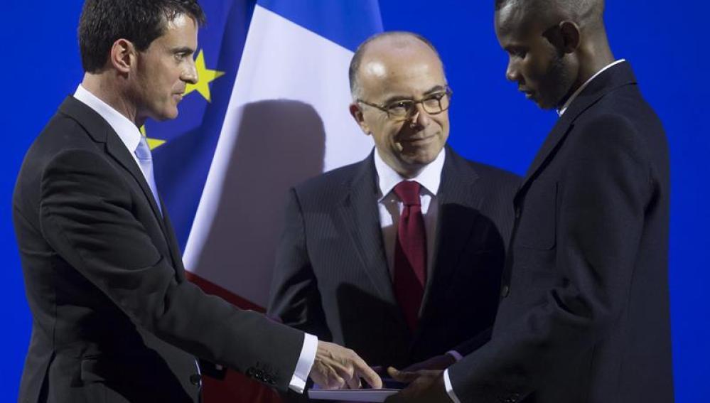 Bathiely recibe su pasaporte en un acto solemne