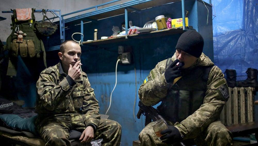 Dos soldados ucranianos fuman en una base de la localidad de Debaltseve