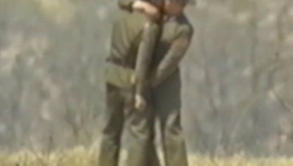 Dos soldados norcoreanos dándose un beso