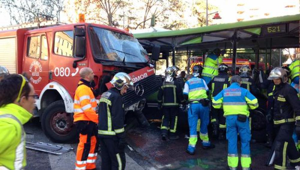 Accidente ente un camión de Bomberos de Móstoles y un autobús interurbano