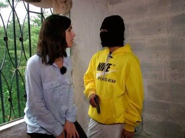 Alejandra habla con un soldado