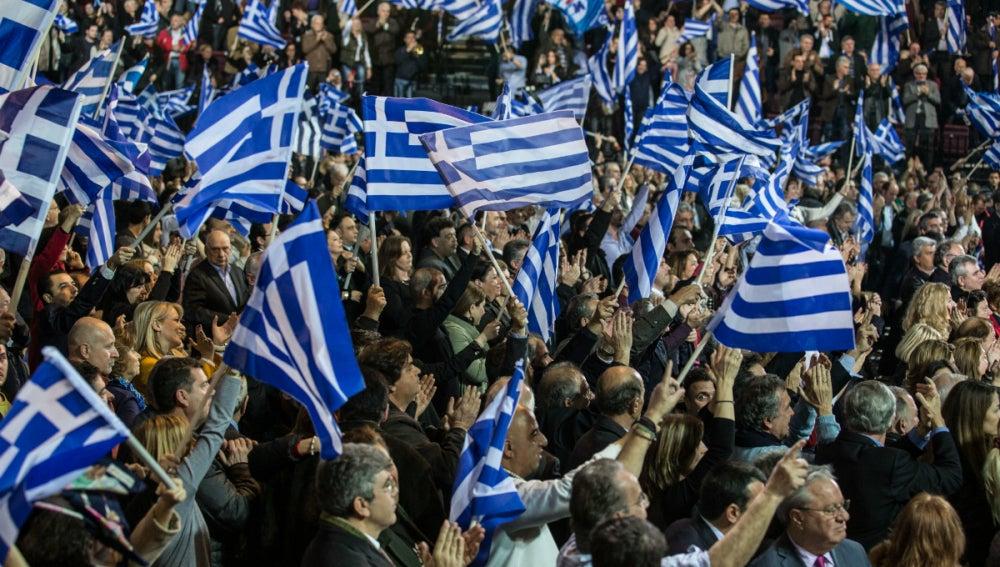 Decenas de griegos, con banderas del país