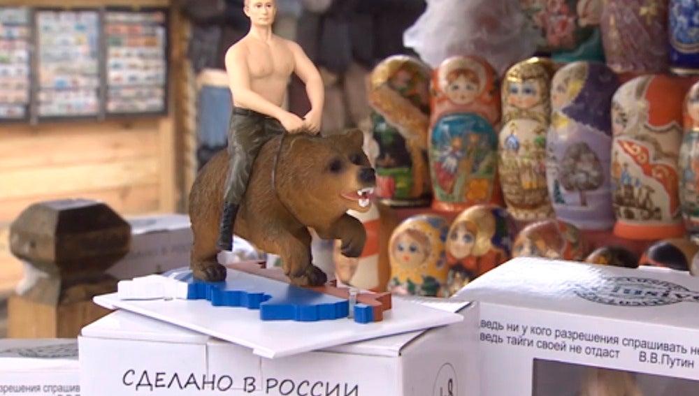 A la venta muñecos de Putin sobre un oso pardo