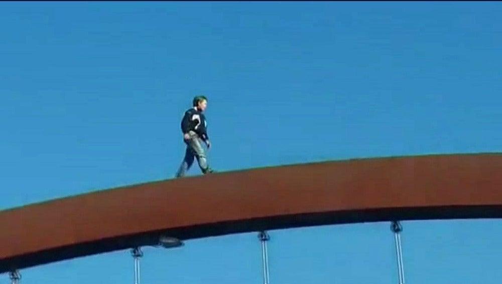 Un niño cruza un puente de 12 metros de altura