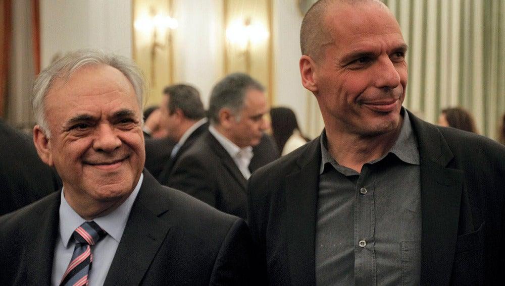 El nuevo vicepresidente económico de Grecia, Yanis Dragasakis, y el nuevo ministro de Finanzas, Yanis Varufakis
