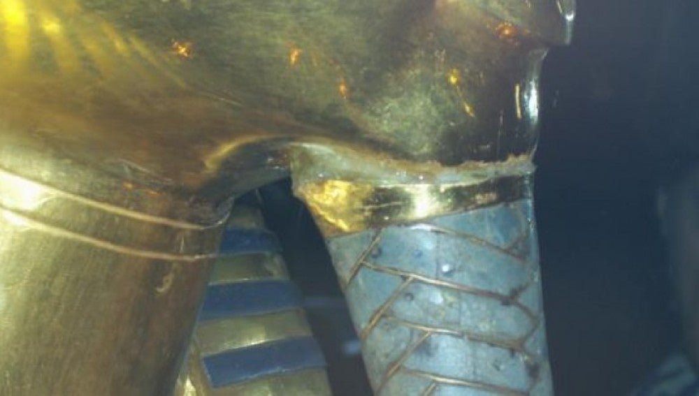 La perilla de Tutankamón pegada con resina