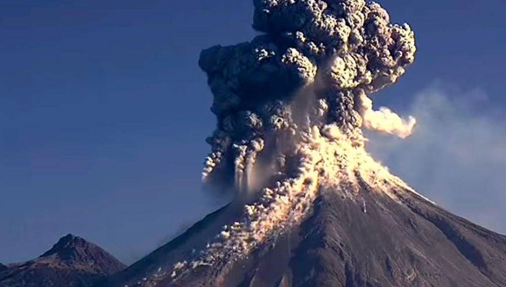 El volcán Colima, en México, entra en erupción
