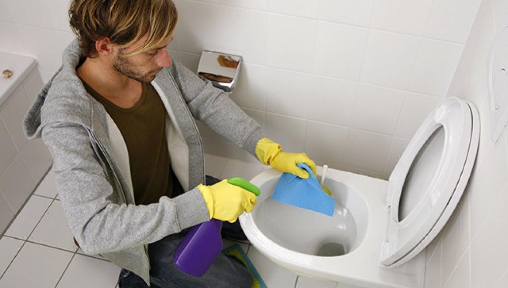 Hombre limpiando wc
