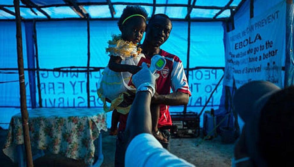 Un padre y su hija, en una zona afectada por ébola