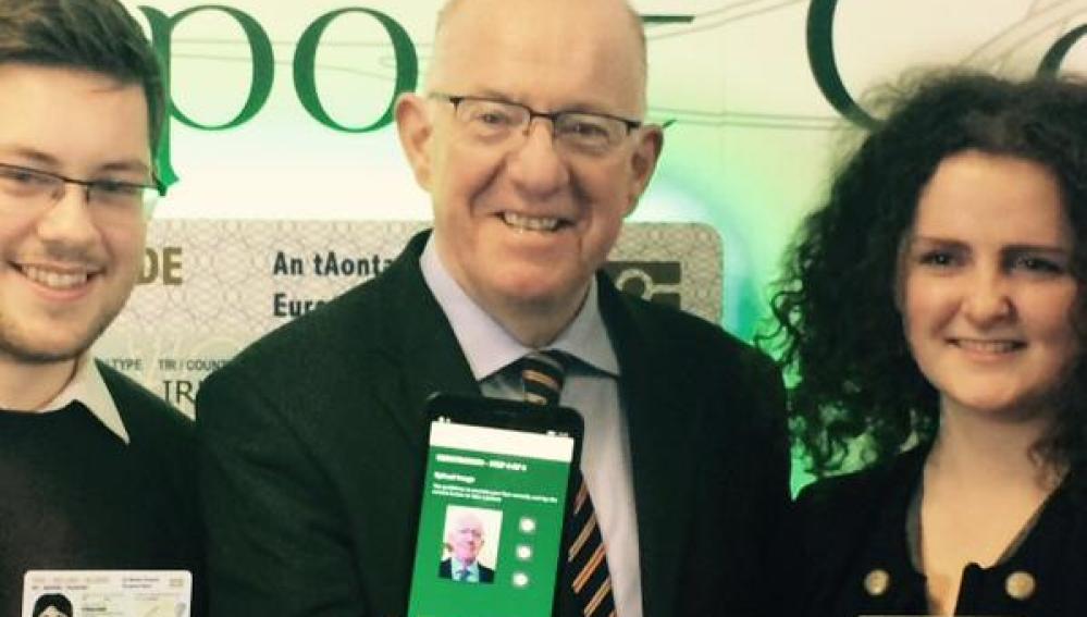 El ministro irlandés de exteriores muestra la app
