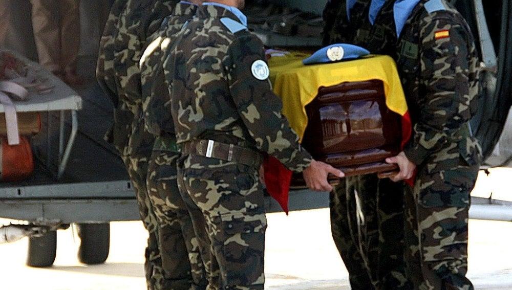 Sale hacia España el féretro del militar muerto