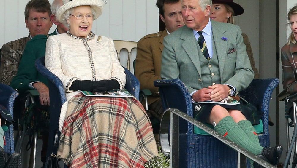 Isabel II junto a su hijo, el príncipe Carlos