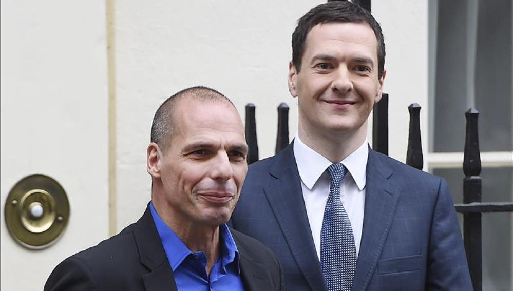 El ministro británico de Economía, George Osborne y el titular de Finanzas griego Yanis Varufakis.