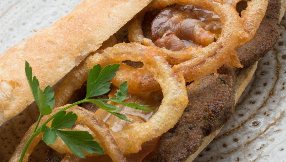 Hígado, tocineta y aros de ceborra entre pan