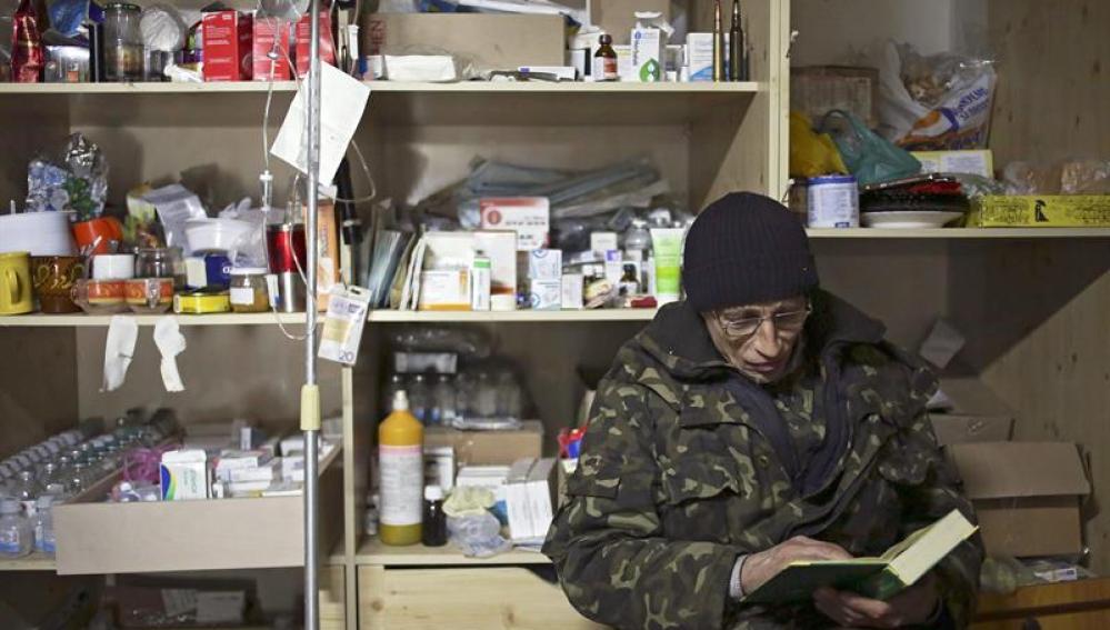 Un soldado lee un libro en una enfermería de Donetsk