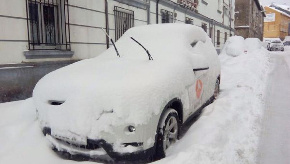 El coche de Antena 3 cubierto por la nieve