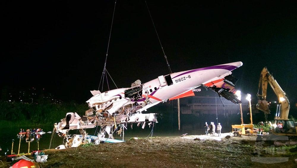 Trabajos de rescate del avión de pasajeros de TransAsia
