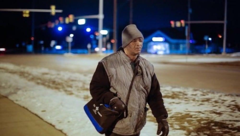 James Robertson caminando de vuelta a casa