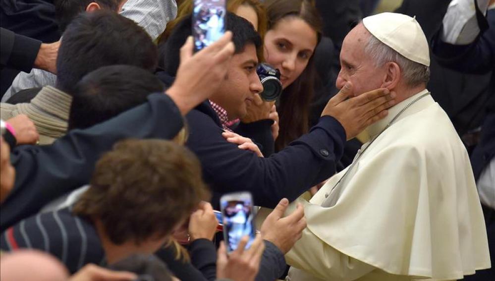 El Papa saluda a los fieles durante la audiencia general