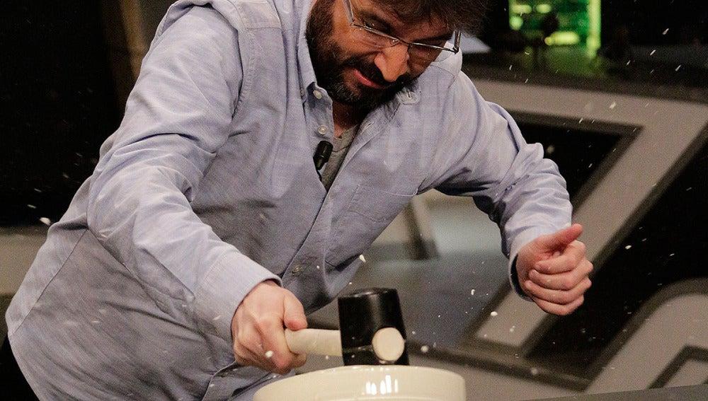 Jordi Évole golpeando fluidos no newtonianos