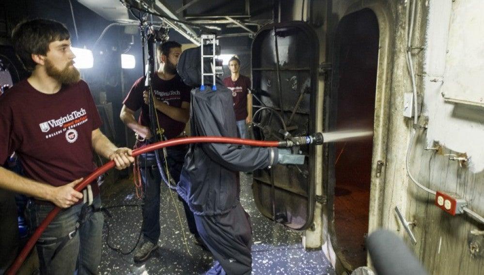 El último prototipo de robot bombero es capaz de de activar la manguera para apagar las llamas