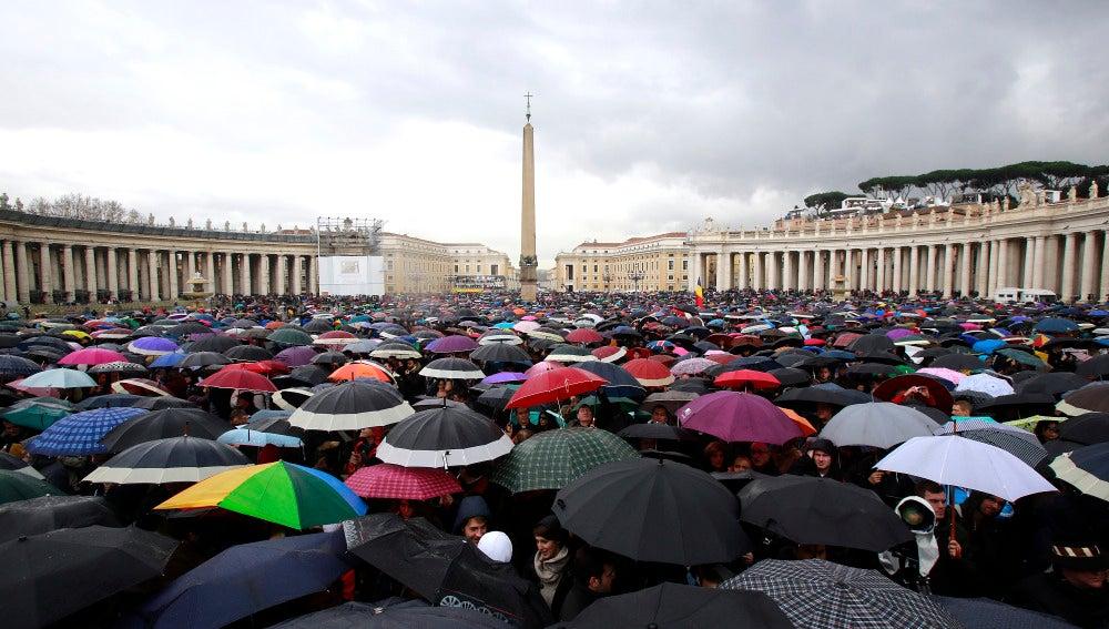 Turistas con paraguas en El Vaticano