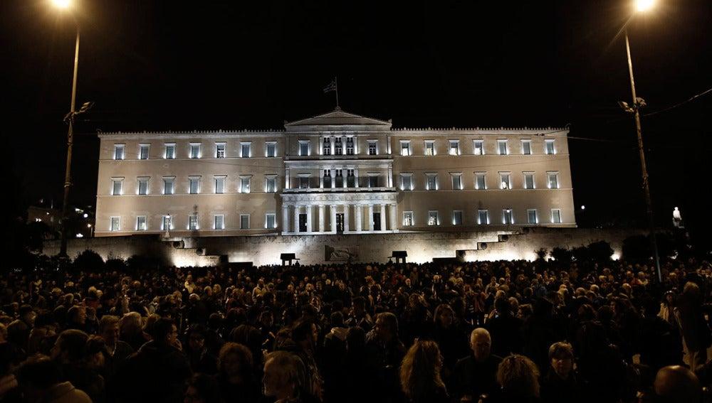 Marcha silenciosa en solidaridad con el gobierno griego frente al Parlamento de Atenas