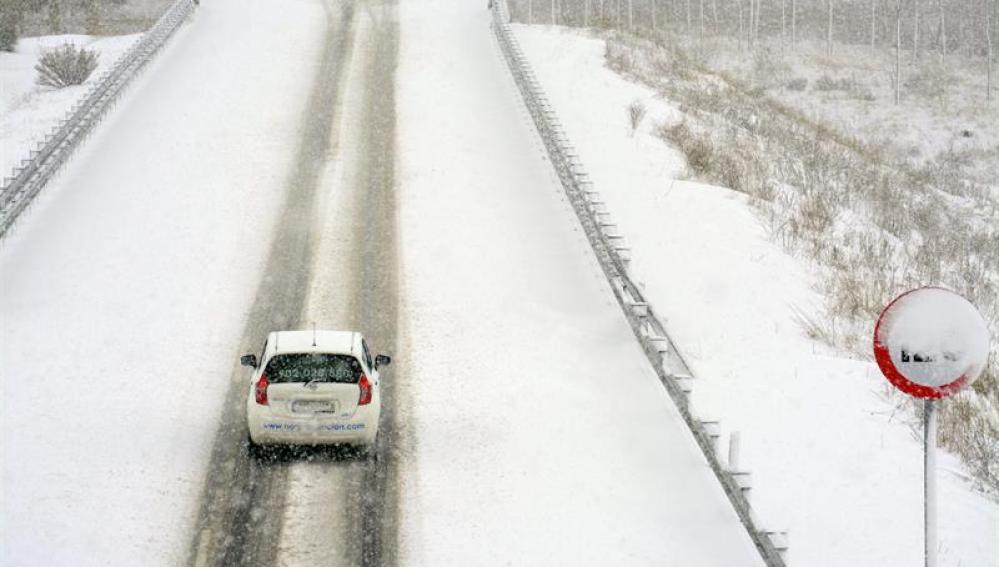 La autovía A-67 cubierta de nieve