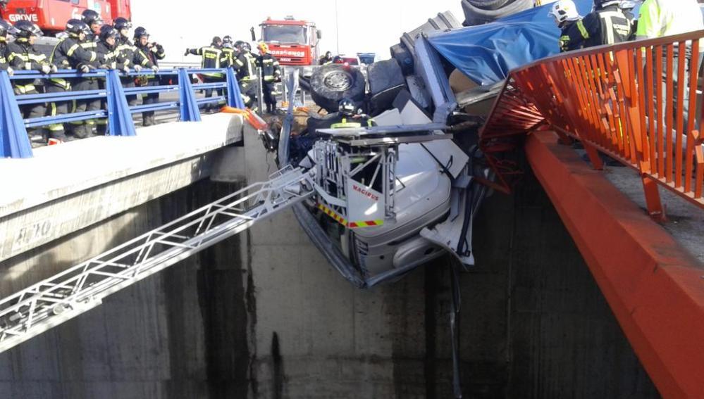 El camión queda colgado de un puente