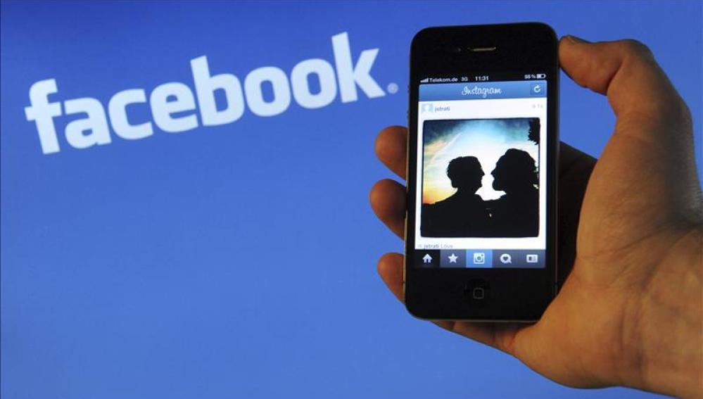 Un teléfono con el fondo del logo de Facebook