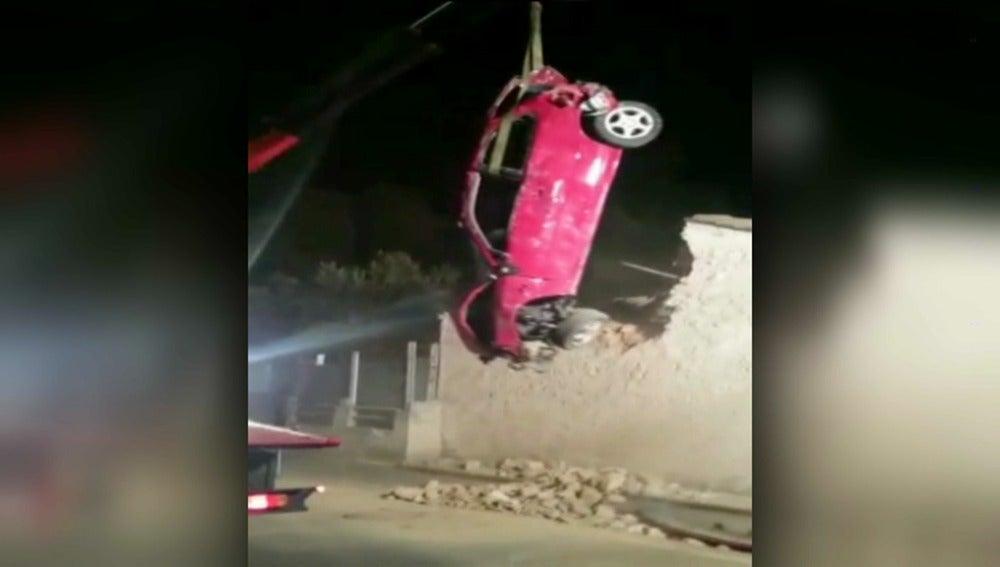 Un coche se empotra contra un tejado en Valencia